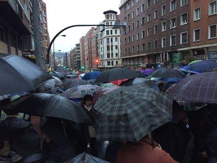 Zabalburutik begiratuta, Autonomia kalea jendez lepo manifestazioa hasterako