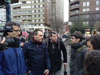 Representación de Elkarrekin Podemos (Andeka Larrea, Lander Martinez y Nagua Alba) junto a Arkaitz Rodriguez (Sortu)